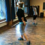 Die Kursleiterin Denise tanzt routiniert die für dieTeilnehmer neuen Aerobicschritte vor.